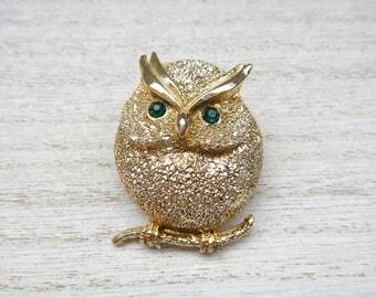 Owl brooch Vintage gold tone Green emerald rhinestone eyes Textured gold Vintage brooch pin