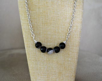 Black n White Casual, yet sophisticated necklace.