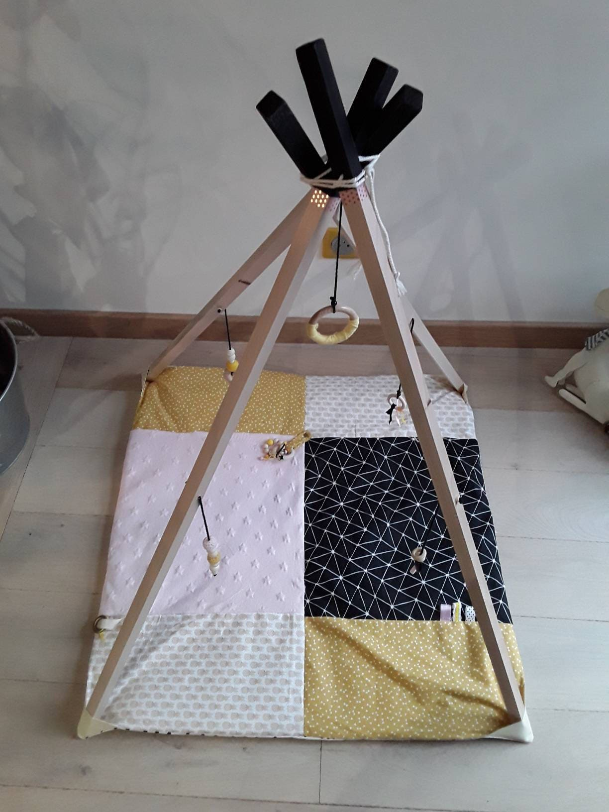 tapis d 39 veil b b fille sensoriel transformable en tipi arche en bois brut hochets naturels. Black Bedroom Furniture Sets. Home Design Ideas