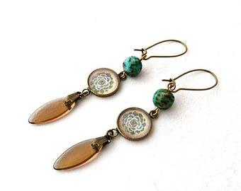 """Boucles d'Oreilles Doli : dormeuses, bijou laiton et cabochon, perle turquoise, pendentif topaze, illustration plante grasse """"Echeveria"""""""