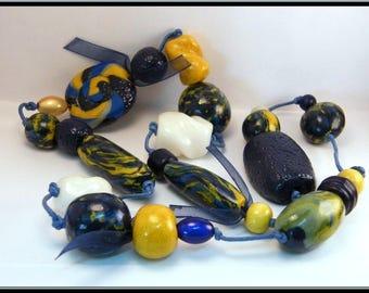 Collier sautoir perle bleu marine/ocre en Fimo et perle magique.
