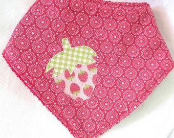 Bavoir bandana tissu cercles rétro avec fraise appliquée et éponge assortie pour les bébés de 2 à 3 ans