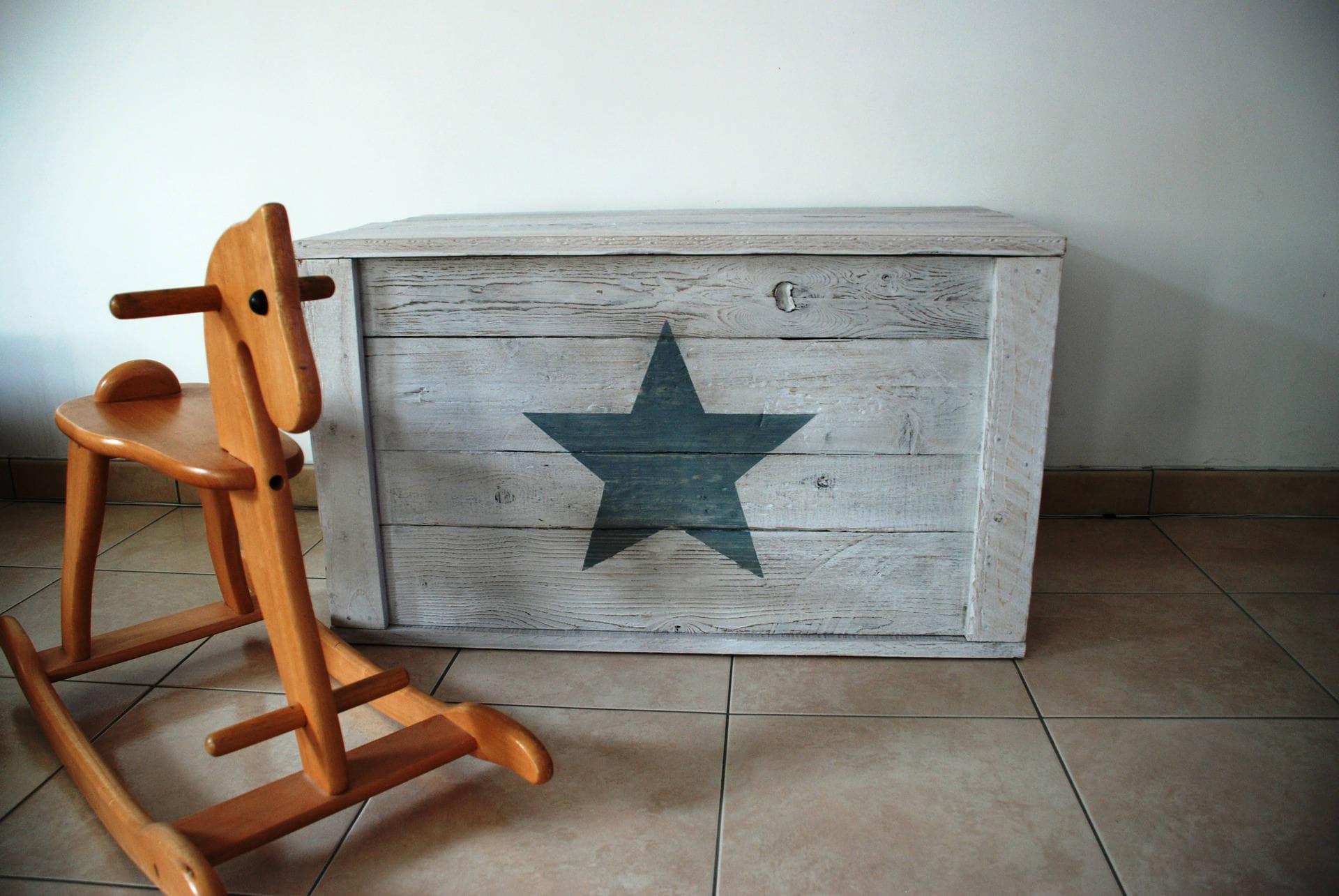 coffre jouets etoile bois de palettes. Black Bedroom Furniture Sets. Home Design Ideas