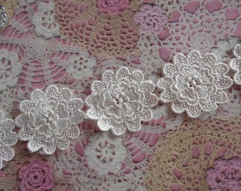 Lace ivory polyester flower that can be carved 4,50 cm in diameter (5 flowers).