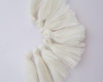 8 pompons en fils de coton longueur 3 cm couleur : blanc écru