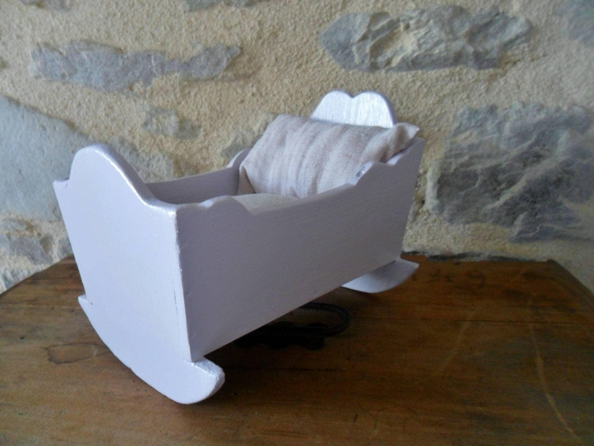 petit lit berceau de poup e ancien repeint pour poup e ou. Black Bedroom Furniture Sets. Home Design Ideas