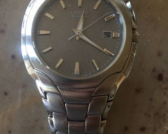 Citizen Eco-Drive vintage mens stainless steel case and bracelet w/date watch running well(1c. shipping )