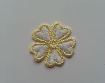fleur en dentelle blanche et jaune  30mm