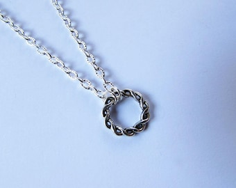 Twisted silver metal round necklace