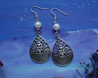 Dangling earrings, synthetic pearls