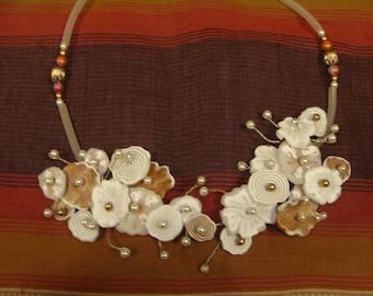 Collier bouquet de fleurs ocre, doré, blanc
