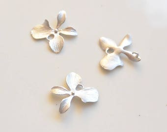 1 small flower charm in silver metal 16mm x 16mm