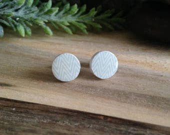 Wooden stud earrings white & pale green zigzag pattern