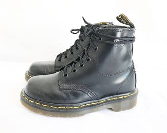 Vintage 90's DOC MARTEN 1560 Lace Up Boots. Size  2 UK// Size 4 U.S.  Like New