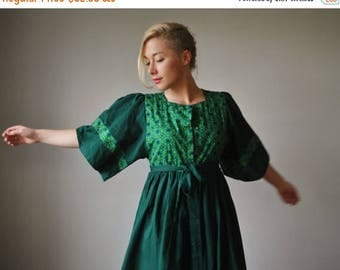 ANNIVERSARY SALE 1970s Green Folk Floral Dress~Size Extra Small to Small