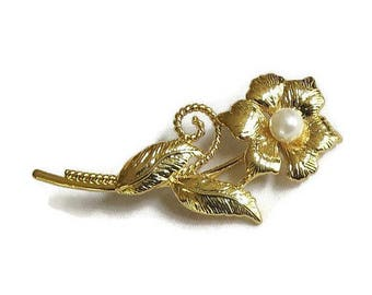 SALE Etched Gold Tone Flower Brooch Vintage with Faux Pearl
