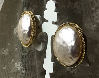 Lovely Luxe Baroque Style Large Off White Faux Pearl Dome Button Earrings Unsigned Clip On 1950's 1960's Gold Tone Rim Edge Evening Wear