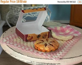 LD SALE Miniature Apple Pie with Window Box, Dollhouse Miniature, 1:12 Scale, Dollhouse Food, Mini Food, Dollhouse Accessory, Decor