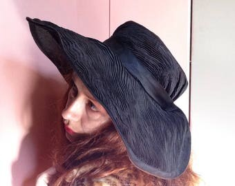 French VTG 1950s black woven & pleated rayon round sun hat