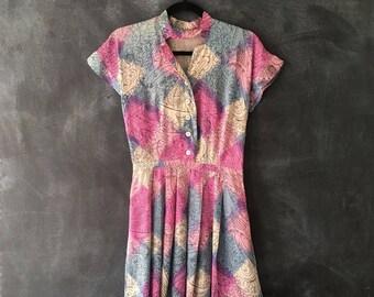 40s Silk Dress Kitsch Print High Waisted Midi A line Madmen Pink Capsleeve Pleated Dress Ladies 26 Inch waist