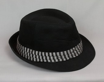 Black Fedora Black Hat Men / Women Size Large / XLarge Pristine condition Hipster style Grey striped band Bright pink feather