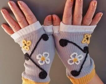 Embroidered fine cotton multicolored mittens gray white