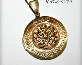 Pendant with Golden Flower photo holder and bottom gold antique (p)