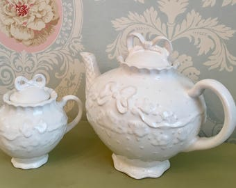Lynn-Hollyn Portugal Tea Pot with Sugar Dish