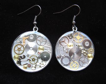 """Bo Steampunk """"Gears of time passing"""" on a silver background set in resin and mounted on supports nickel - diameter 30 mm"""
