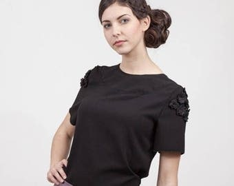 blouse in black crepe with decorative flowers