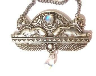 Collier Egyptien Sphinx plaqué argent avec petit cabochon pierre de lune et goutte