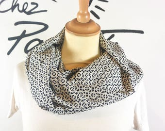 Scarf Snood graphic black & white