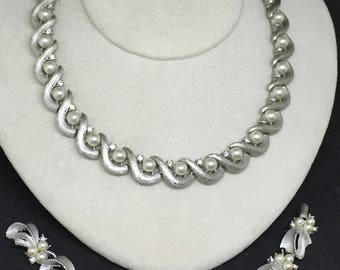 TRIFARI faux pearls and rhodium plated metal necklace and bracelet set parure