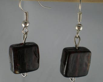 Boucles011 - Dark red square bead earrings