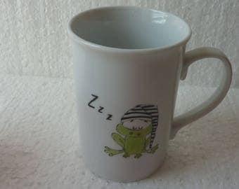 """Mug en porcelaine décoré à la main d'une """"Grenouille endormie """""""