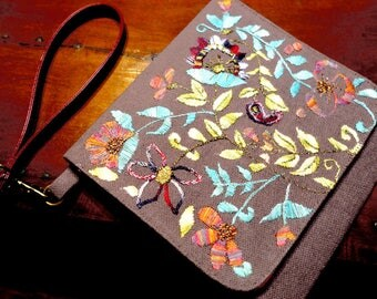 """""""Indian inspiration"""" pouch with strap and flap, silk on linen hand embroidered."""