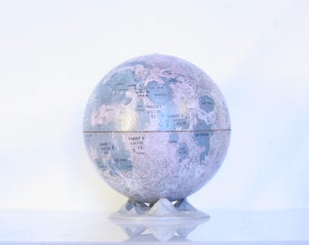 Tin moon globe, 1966 lunar globe Replogle, made in the USA, landing sites, descriptions in French, space age
