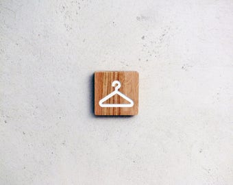 Engraved wood sign to indicate a dressing-room, changing room, coat check, checkroom,