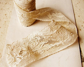 vintage lace trim in ivory cream with floral motifs - 1930s 1940s - 91.5 inches