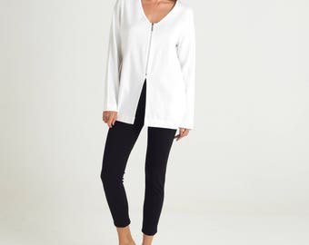 White winter blouse, loose fit, long sleeves, v neck shirt, zipper sweatshirt, white cotton sweatshirt, side pockets, casual winter shirt