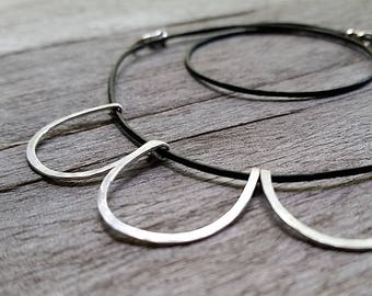 Minimalist ORB HAMMERED NECKLACE: Simple Circle Pendant Sterling Silver & Black Leather [Orbe Collier Pendentif Argent—Collar Circulo Plata]