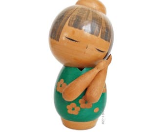 Sleepy Vintage Kokeshi with Crossed Arms and Green Floral Kimono. Japanese Kokeshi Doll. Sosaku Kokeshi. Artisanal. Japanese Doll. Handmade.