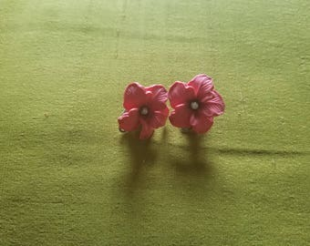 Hibiscus and White Faux Pearl  - Clip On Ear Rings - Fuchsia Pink Resin - Retro/Vintage
