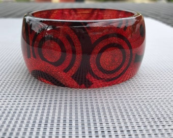 Vintage Lucite Bracelet // Abstract Lucite Bangle // Red Glitter Sparkle Bracelet // Abstract Art on Clear Lucite // 80s Bracelet