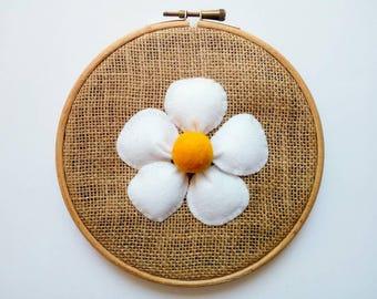 Wall art - Embroidery hoop with white felt flower and jute - Hoop Art - Felt flower picture - Rustic decor - Gift idea