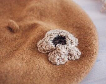 Light brown felt beret with crochet flower | Ana Karuso