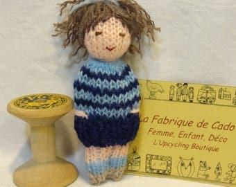 Marionnette tricotée main, petite poupée en laine, petite fille brune en laine, mini poupée bleue.