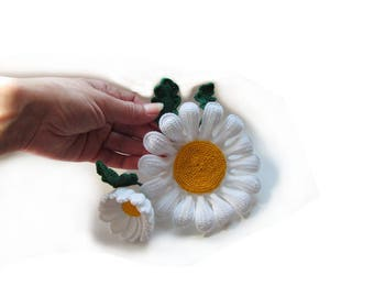 Knitted brooch camomile