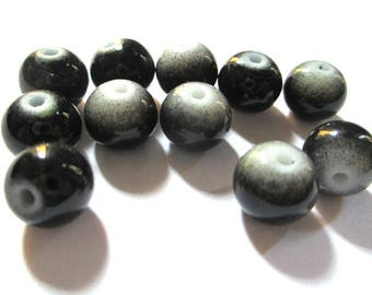 14 two-tone black and white glass beads 8mm