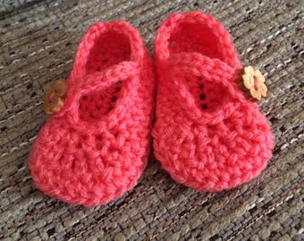 Handmade crochet baby shoes with strap and button fastening. Baby girl pram shoes. Newborn, 3 1\4 inches long.